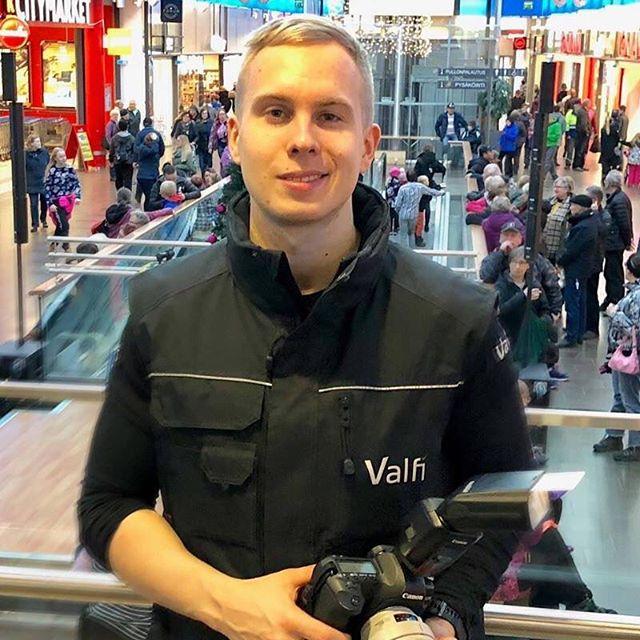 Kickstart -liikeideakilpailun Finaalin 16.1. keynote-puhujana on nuori yrittäjä @valtterikujala, joka puhuu teemalla motivaatio yrittäjyyteen. 👊 Valtteri on luonut kansainvälisen liiketoimintaverkoston yrityksensä Valfin kanssa. Valfi tarjoaa 24/7 hallinnoituja sähköisen kaupankäynnin ja videoanalytiikan palveluita kasvaville yrityksille ympäri maailmaa. Valtteri on myös videobloggaaja ja voit seurata hänen videoitaan osoitteessa Valtteri.com.💥Varaa paikkasi Kickstart-finaalitapahtumaan. Linkki biossa!💥 #businesskitchen #kickstartoulu #liikeideakilpailu #keynotespeaker