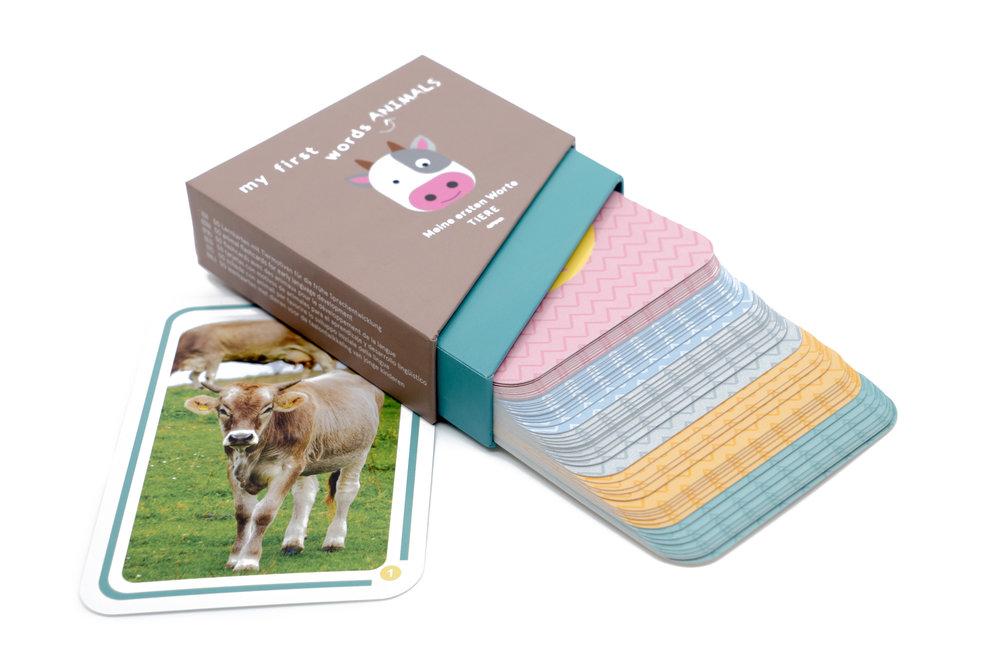 Lernkarten Verpackung - Die Verpackung der Kakaduu Lernkarten besticht durch ihr Design und eignet sich besonders für ein einfaches Herausnehmen und Verstauen der Karten – Kakaduu Lernkarten sind somit das perfekte Lernspielzeug sowohl für zuhause als auch unterwegs.