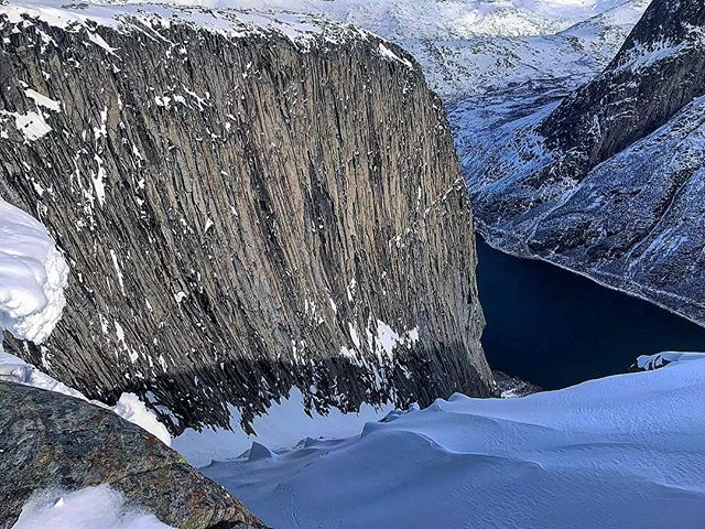 The impressive rock face of the Gagnesaksla-colouir. One of the best ski tours this season. The run was dangerous and looked terrible, so we turned around. . ❄️ . 🏔 . #skitouring #livetärensemester #gagnesaksla #nordland #skjomen #norway #visitnarvik #ocean #skiing #climbing #bigwall #colouir #spring #outdoors #maybenexttime #extremskis #dynafit