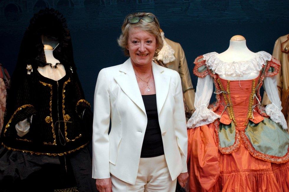 Ivonne Blake posa junto a los trajes de su exposición en el Museo Benlliure. CORDON PRESS