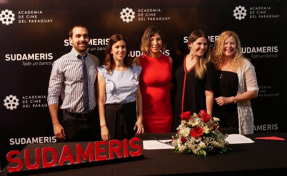 La Presidenta y Vicepresidenta de la Academia de Cine de Paraguay, Tania Simbrón y Make Peña junto a Representantes del Banco Sudameris durante la conferencia de prensa.