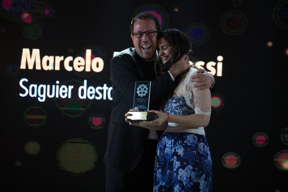 Marcelo Martinessi recibio el galardón destacado del año de parte de Vicky Ramirez, academica de la rama de producción.