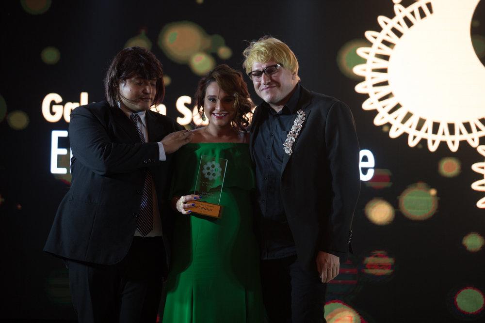Lali González recibio su galardón de parte de Manu Portillo y Edi Romero, ambos académicpos de la rama de casting y maquillaje y peinado respectivamente.