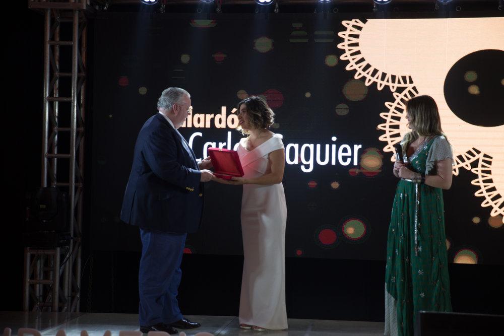 Reconocimiento al Banco Sudameris Main Sponsor de la primera edición del Galardón Carlos Saguier, recibe el Señor Conor McEnroy.
