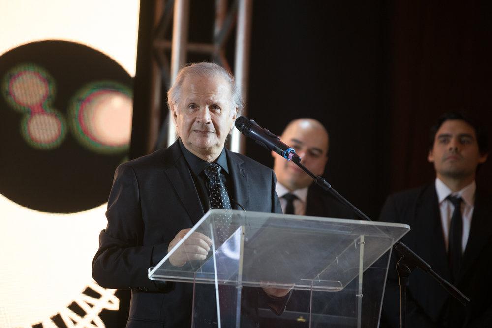 Carlos Saguier en medio de su discurso.