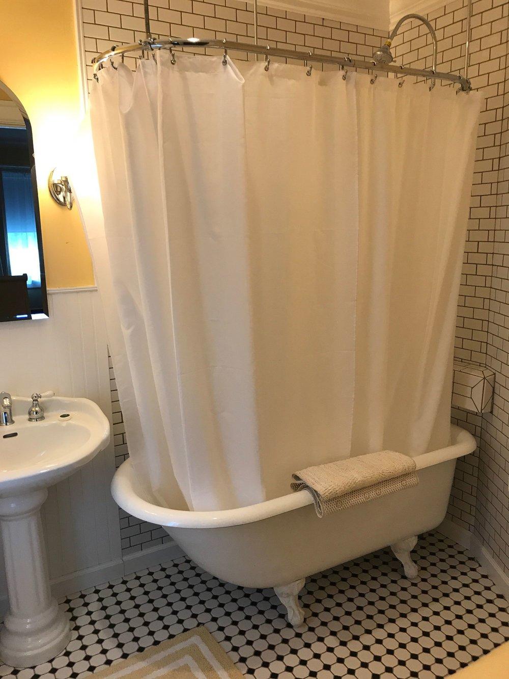 Room 7 tub.jpg