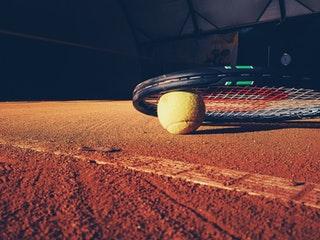 Men var är spelaren? På gymmet förstås - utan boll och racket.