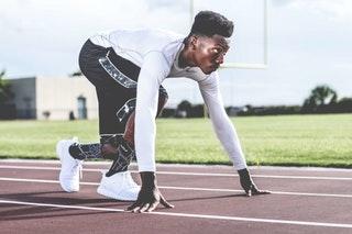 En seriös friidrottare inser vikten av detaljer. Kritvita välputsade skor ✓ Strumporna lagom uppdragna ✓ Håret perfekt vaxat ✓ Synd bara att du glömde spikskorna.