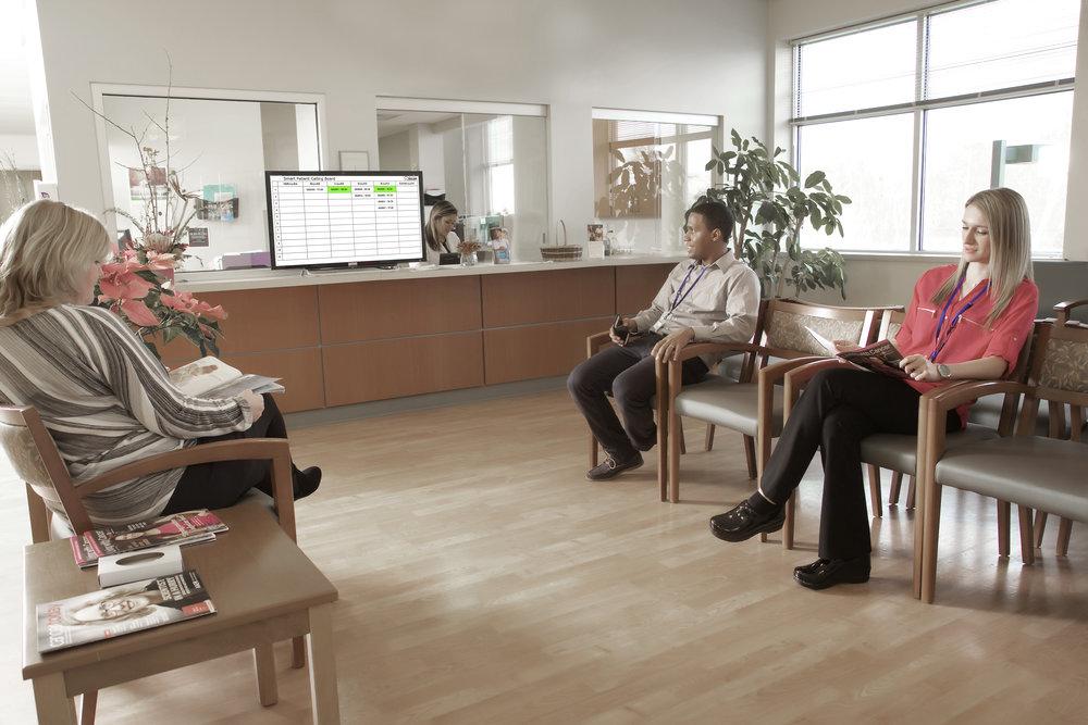 Eine Tafel für wartende und aufzurufende Patienten
