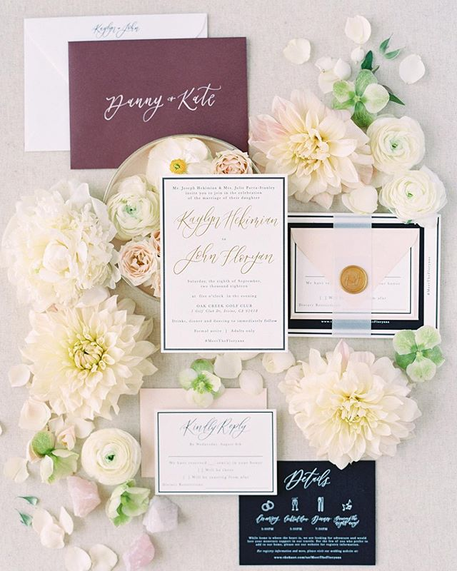 This styled suite just makes me so happy!  ___ Planning: @confettiskies  Invitation Suite: @pirouettepapercompany  Photography + Styling: @jordangalindophoto  Florals + Styling: @mulberryandmoss . . . . #confettiskies #pirouettepapercompany #pirouettepaper #invitationsuite #fallwedding #weddinginvitations