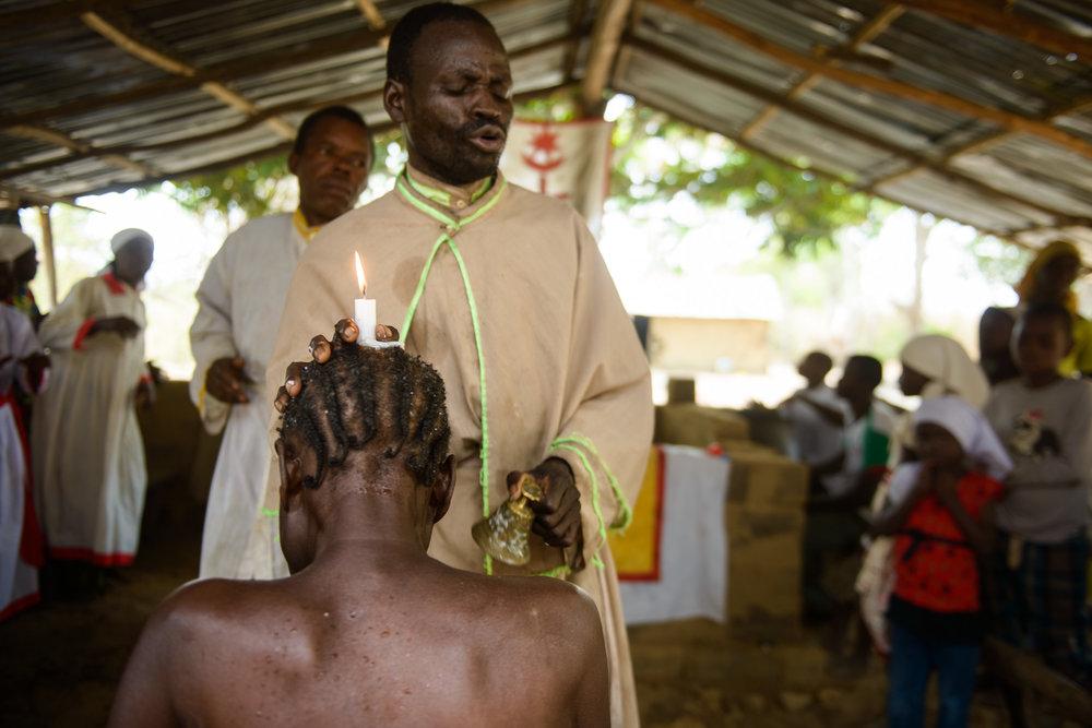 Sanación espiritual - En el profundo corazón del Congo, el Cristianismo se presenta en muchas formas y prácticas extrañas - resultado de la fusión bizarra entre esta religión implantado por occidente y las creencias tradicionales sostendidas por la gente local.