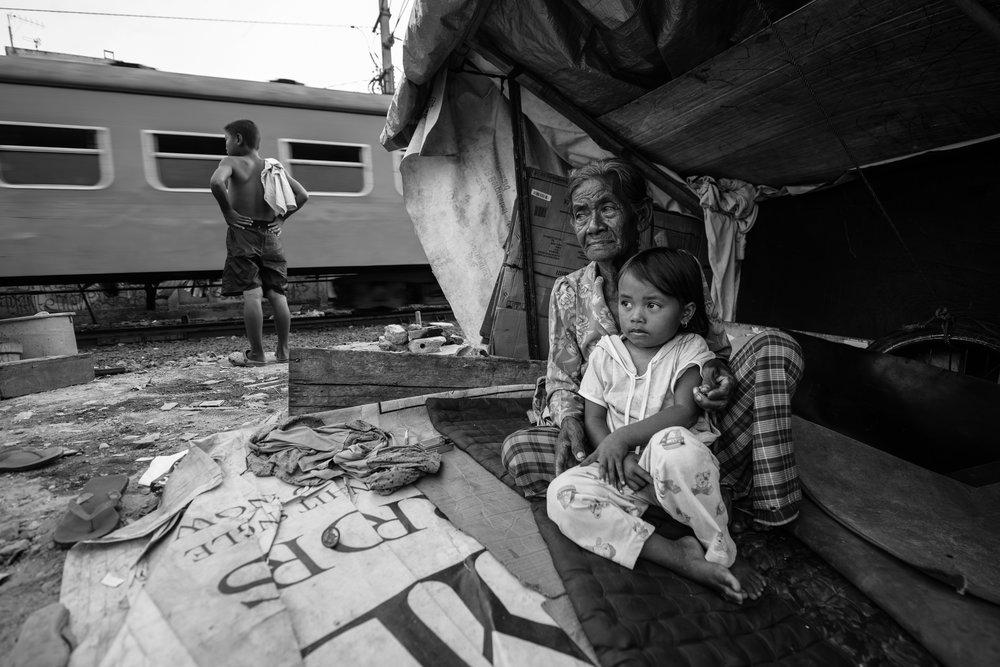 Junto a las vías del tren - Solo queda un espacio libre para vivir en los barrios marginales de Yakarta, y está justo al lado de las vías del tren. Cientos de familias, en su mayoría inmigrantes del campo pobre, encuentran lugares para instalarse justo al borde de las vías del tren de Yakarta.