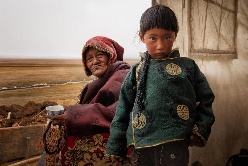 Abuelos y nietos - Ya sea en el mundo rural o en la vida metropolitana acelerada, en un mundo donde los padres se mantienen ocupados todo el día, los abuelos son padres una vez más. Esta serie ilustra el fuerte vínculo entre los abuelos y sus nietos en todo el mundo.