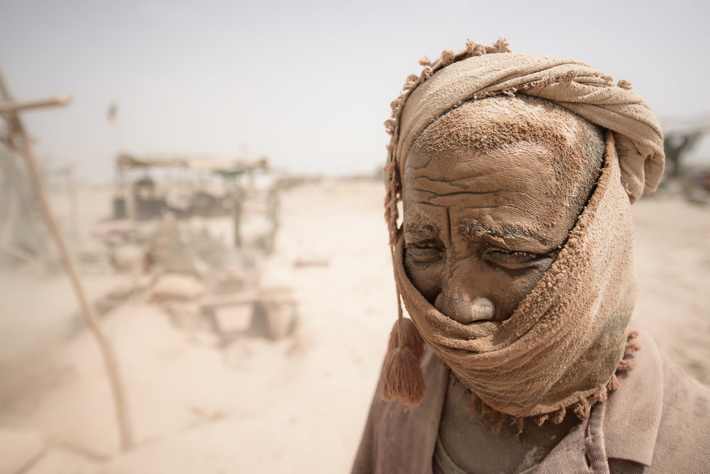 Por unas migas de oro - Con su salvaje y árida belleza, el desierto del Sáhara puede a veces resultar poco más que una exótica atracción turística. Así, para muchos, es el lugar de trabajo infernal al que deben sobrevivir cada día de sus vidas.