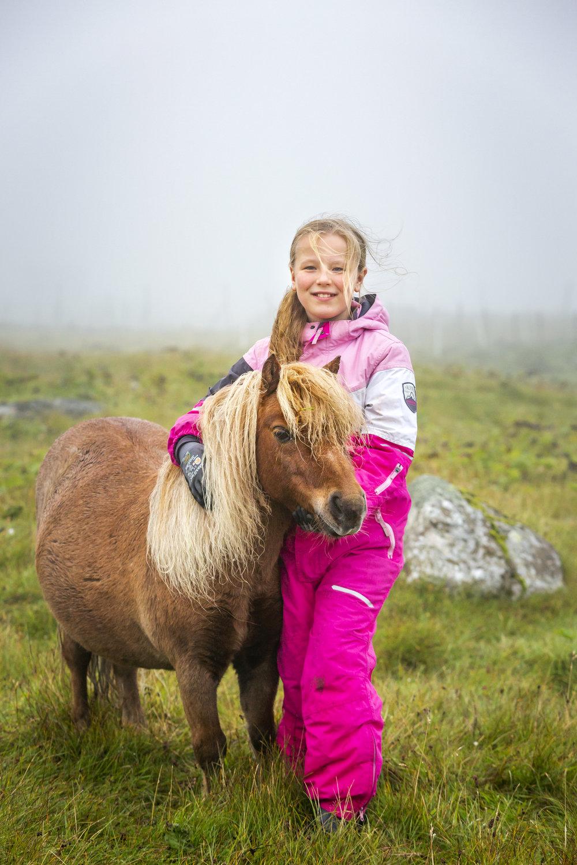 Emilia og Askur, sum er eitt pinkuross. Mynd: Ólavur Frederiksen | Faroephoto