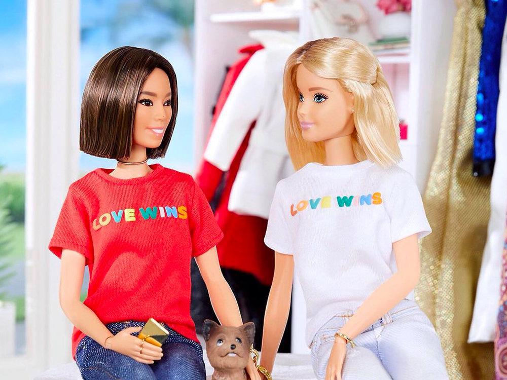 Barbie saman við vælumtókta amerikansk-koreanska bloggaranum, Aimee Song. Báðar eru í eini t-shirt við orðunum  Love Wins  skrivað á við ælabogalitum