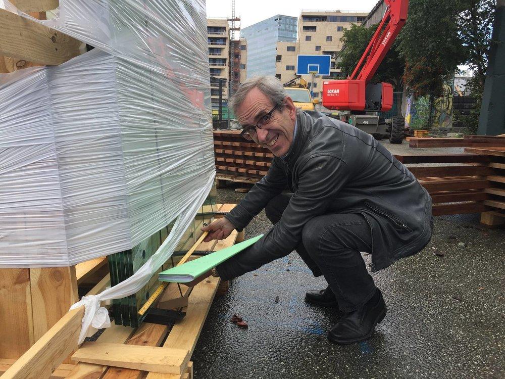 Ingeniør Georg Rosenkilde inspicerer de forskellige materialer.