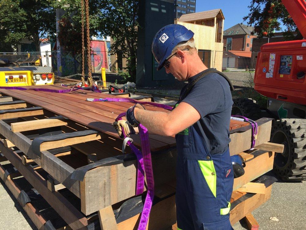 Sikkerheden er vigtig, når man skal flytte store mængder af træ op i højderne.