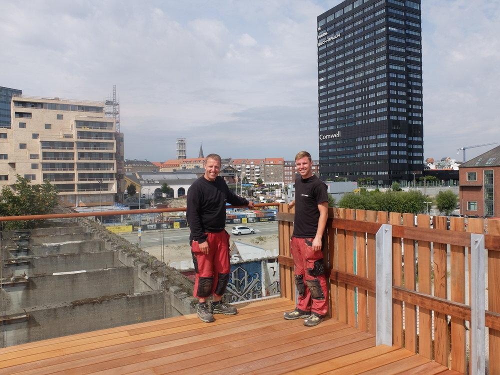 De stolte medarbejdere fra Lund & Staun på den færdige Kulbro View.