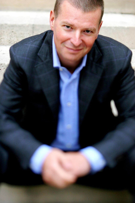 Stéphan Bureau - Journaliste, animateur et producteurTout au long des vingt dernières années, il a été présent dans tous les grands médias et réseaux de télévision canadiens francophones; notamment à TVA, où il a été à la barre du magazine d'affaires publiques L'ÉVÉNEMENT puis du bulletin de nouvelles de 22 heures pendant trois ans, ensuite à la Société Radio-Canada où il est tour à tour animateur, correspondant à l'étranger et chef d'antenne du grand magazine national d'information LE TÉLÉJOURNAL / LE POINT. Il est également reconnu pour ses interviews menées pour la série télévisée Contact et pour les Grandes entrevues Juste pour rire. De plus, il a animé et participé au concept des Galas Hommage dans le cadre du Festival Juste Pour Rire et ce depuis plusieurs années. En 2017 il anime la série les Grands Entretiens à Ici Radio-Canada Première et collabore aussi en tant que chroniqueur à Gravel le matin pour parler de la politique américaine. Il anime également l'émission Notes de voyage à Ici Musique. En 2018, il reprend sa série de Grands Entretiens toujours diffusée à Ici Radio-Canada Première.