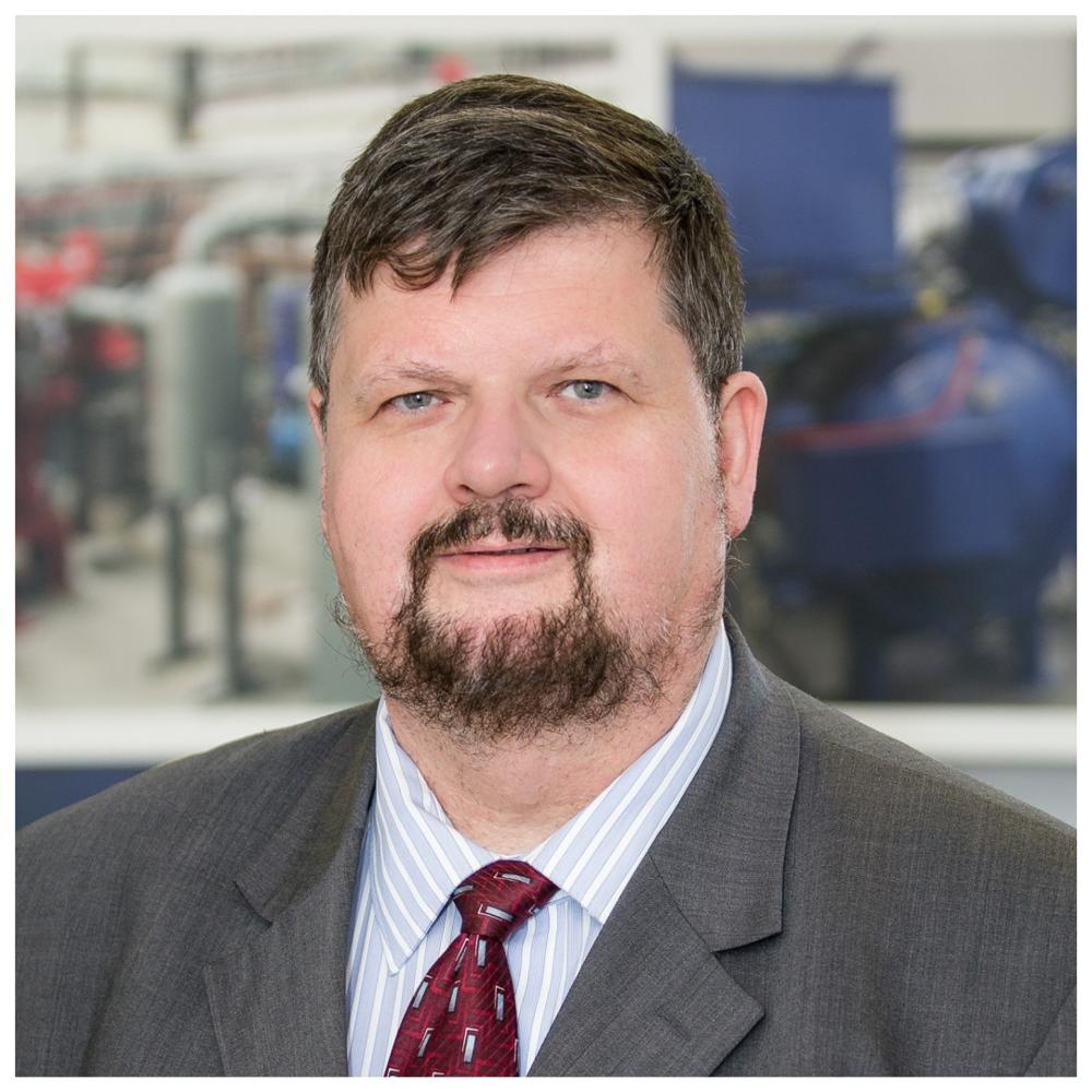 Gheorghe Marin, ing. - Directeur du Centre de métallurgie du Québec (CMQ)Spécialiste en métallurgie et gestionnaire spécialisé dans la gestion et optimisation des procédés et de la production, il coordonne, depuis 2008, le centre de métallurgie du Québec, un centre collégial de transfert technologique intégré au cégep de Trois-Rivières.Il dirige une équipe de plus de 40 ingénieurs-chercheurs et techniciens à la réalisation des projets de recherche appliquée pour le développement des procédés métallurgiques.M. Marin est détenteur d'une Baccalauréat en métallurgie de l'Université Brasov (Roumanie, 1987) et d'un Diplôme de deuxième cycle en Génie industriel de l'Université Laval (Québec, 2000). Il a commencé sa carrière comme ingénieur métallurgiste dans une fonderie d'acier dans la ville de Brasov.En 1991 il a été promu directeur d'usine des pièces coulées (en acier, en fonte et en aluminium d'une capacité de production de 200 000 t/année) à l'usine Hidromecanica dans la ville de Brasov-Roumanie.En 1996, il a amorcé, une carrière québécoise, dans le secteur de la métallurgie des poudres, comme ingénieur d'usine chez Précitech, à Québec. Il a occupé plusieurs postes de direction comme : directeur d'usine chez Précitech-Maxtech, directeur de recherche et développement chez Alphacasting, et ensuite directeur scientifique chez Fluoroseal.Depuis 2008, M. Marin a joint l'équipe du CMQ comme directeur général.Il a publié plusieurs articles techniques et participé aux divers congres et conférences organisées par American Foundry Society, METSOC, Titanium International Association, etc. concernant la mise en forme des alliages avancée (de titane, de zircone, de nickel, et certaines alliages d'aluminium).