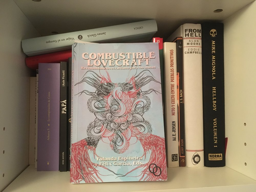 El libro blasfemo, en una de las estanterías de mi biblioteca
