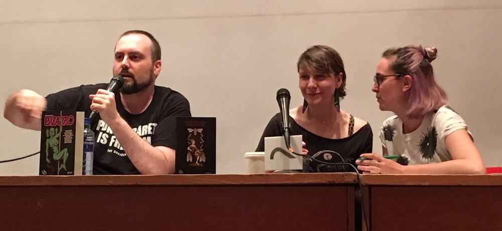 """Hugo Camacho, Laura Lee Bahr y la aguerrida intérprete, en la mesa """"Bienvenidos al bizarro"""""""