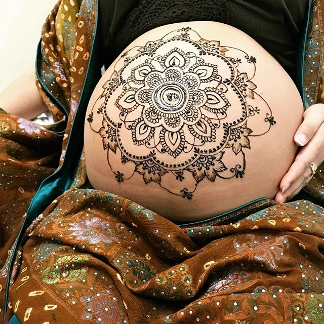 Check out @eriminagawa 's beautiful baby bump henna ✨she showed me her henna when she came in for her adjustment yesterday, now we're just waiting for this little love to join us earth side 👶 🌎