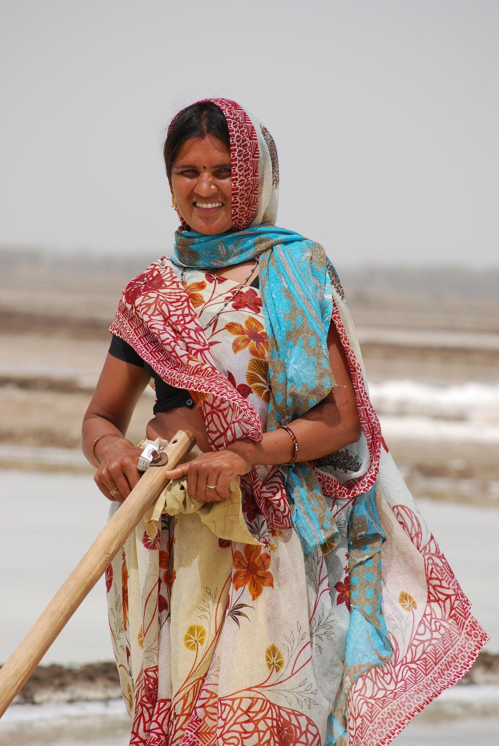 woman raking salt.JPG