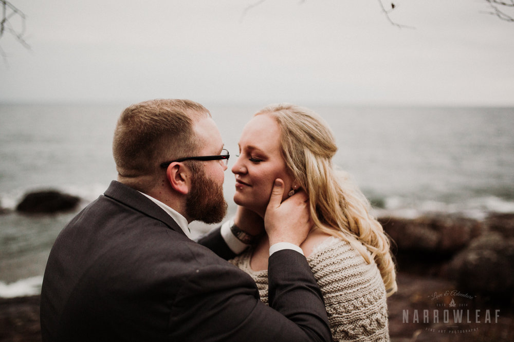 lake-superior-elopement-couple-romantic-tofte-mn-adventure-fall-19.jpg