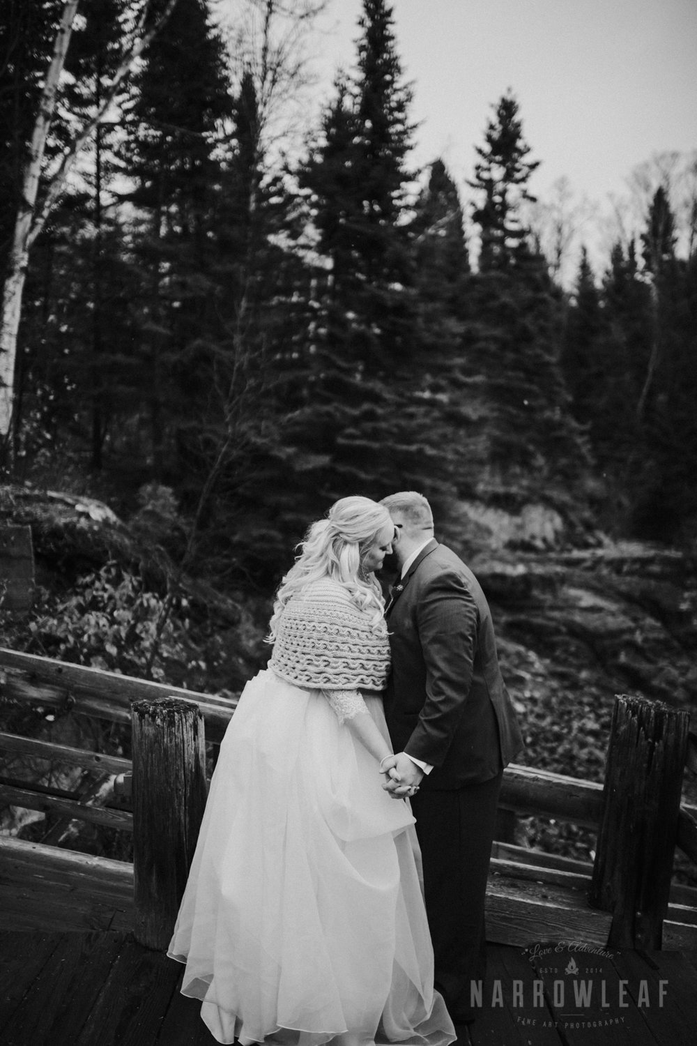 lake-superior-elopement-couple-romantic-tofte-mn-adventure-fall-25.jpg