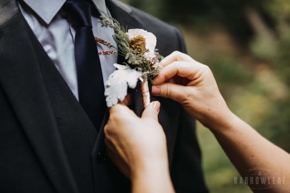 the-hilltop-spring-green-wi-groomsmen-boutonniere-301.jpg