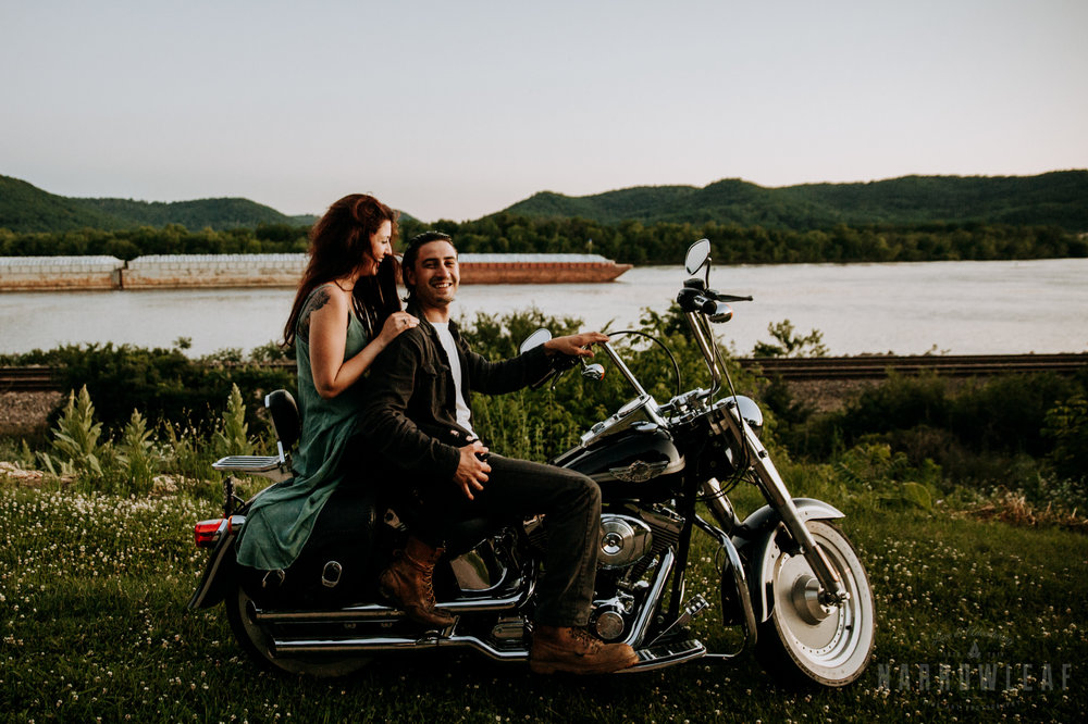 Trempealeau-wi-moody-engagement-motorcycle-NarrowLeaf-love-and-adventure-Photography-9.jpg