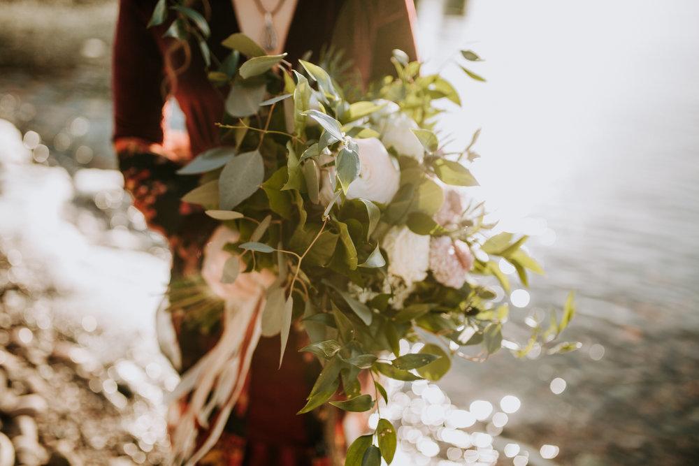 wild-bridal-bouquet-northern-minnesota-adventure-winter-elopement-Narrowleaf_Love_and_Adventure-Photography.jpg