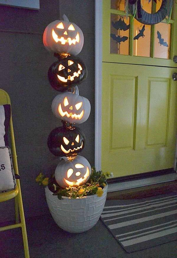 Outdoor-Halloween-Decorating-Ideas-08-1-Kindesign.jpg