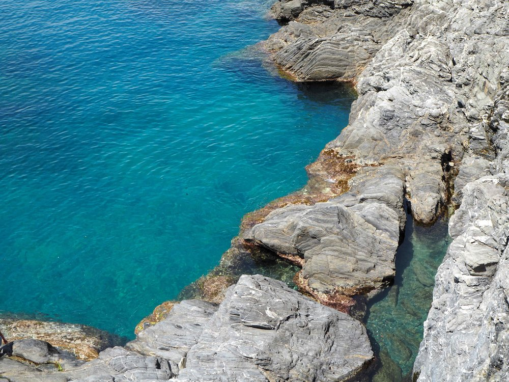 Turquoise water in Manarola
