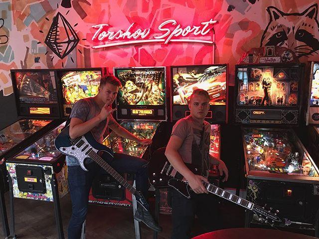 I kveld spiller vi på @hvaskjertorshov som support for @7daysinalaska! Det blir en kveld med god stemning og bra musikk, så det er bare å ta turen! Dørene åpner 20:00.  #hvaskjer #torshov #oslo #bar #scene #live #concert #pinball #konsert #ibanez #nebelung #7daysinalaska #music #fixation