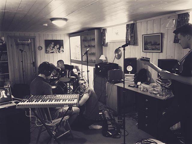 Siste innspurt før konsert i kveld!  Vi spiller klokken 00 på Camp Korten i forbindelse med Slottsfjell❤️ #slottsfjell #slottsfjellfestivalen #camp #festival #campkorten #tønsberg #norge #norway #band #concert #live #practice #nebelung #ibanez #shure #fender #akai #rebel #fixation