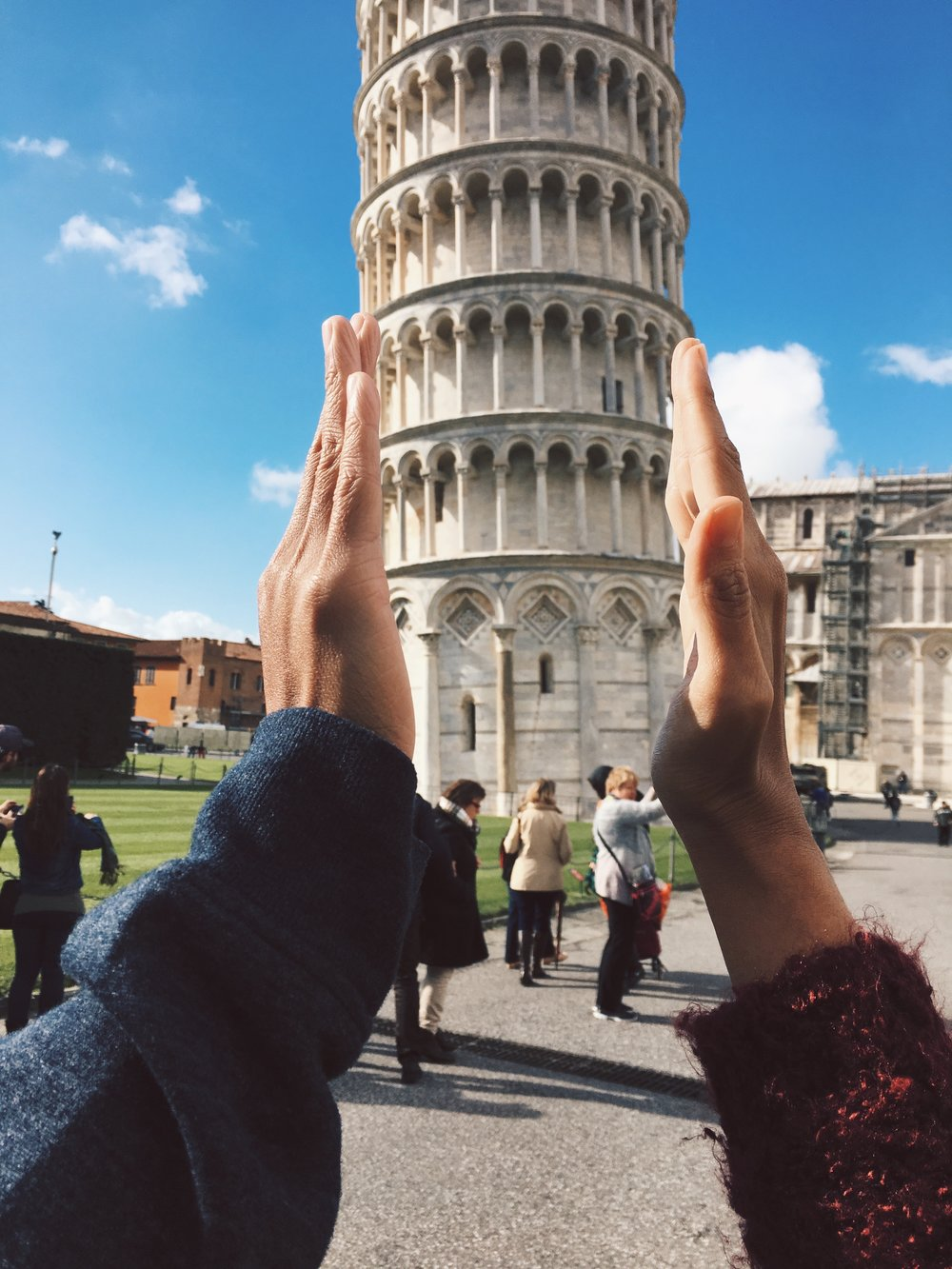 hands-couple-leaning-tower-pisa