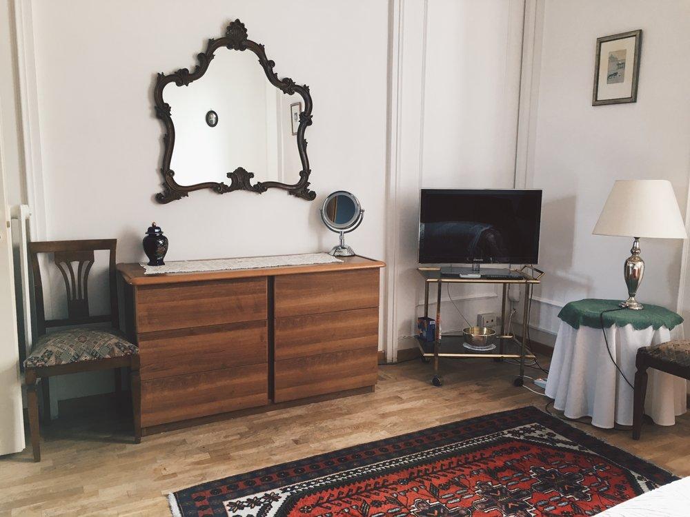 dresser-mirror-airbnb.JPG
