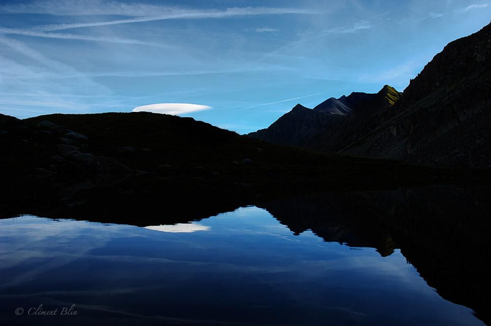 Massif du Beaufortain, combe de la Neuva, reflet dans un lac
