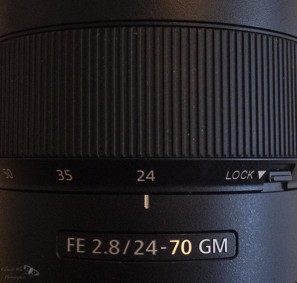A droite, le loquet de verrouillage en position 24mm. Il ne fonctionne pas aux autres focales.
