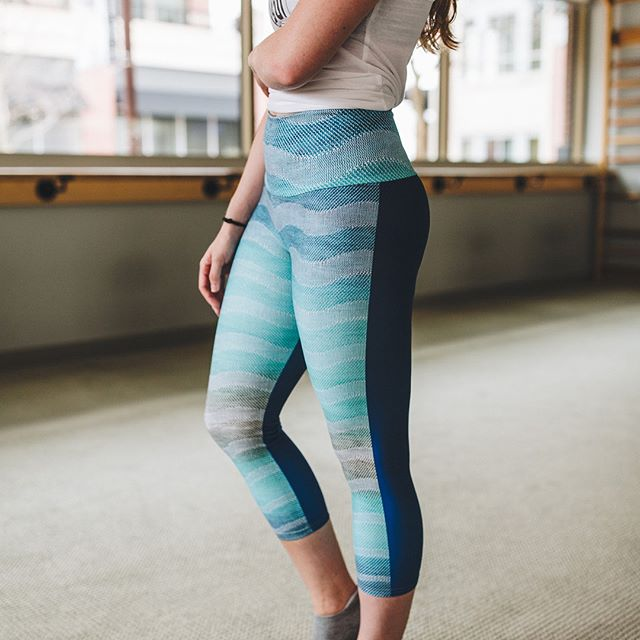 AQUA BROWN NAVY WAVE WITH BLUE BACK WOVEN REPEAT YOGA CAPRIS (Get yours by clicking on the link in the profile:) . . . Photo credit: @whitneyknutsonphotography Model credit: @racheldburnett Location credit: @barmethodkc