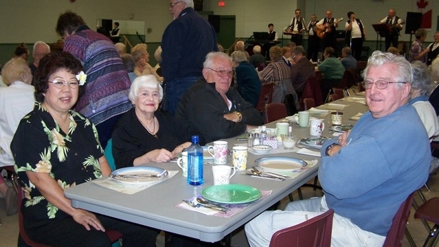 Diners Club patrons enjoying some food and live music.