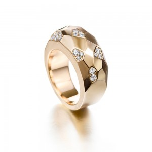Facet ring with diamonds. Made of yellow gold.