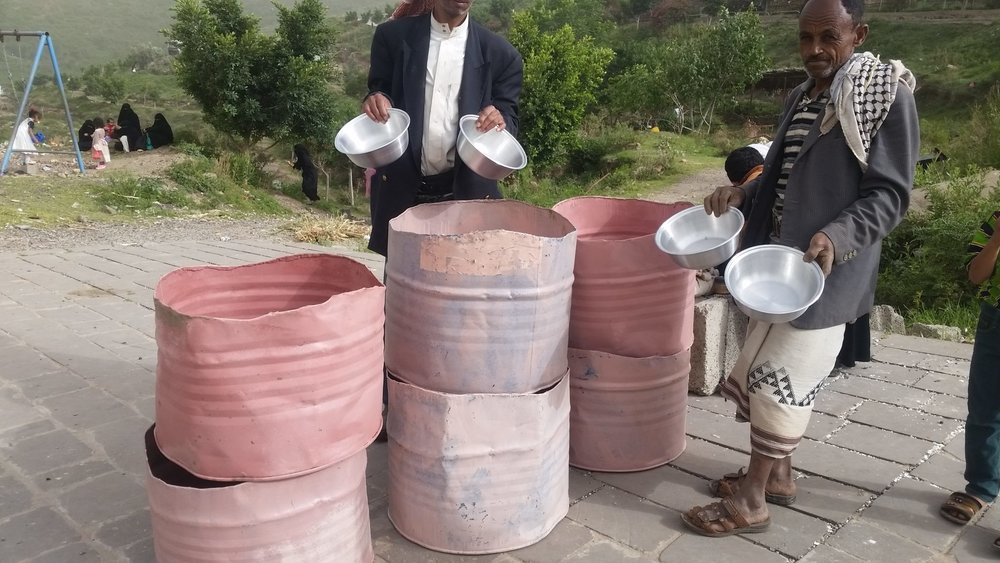 Ibb Zoo Yemen 9 July 2017 Rescue Kim delivery water pails.jpg