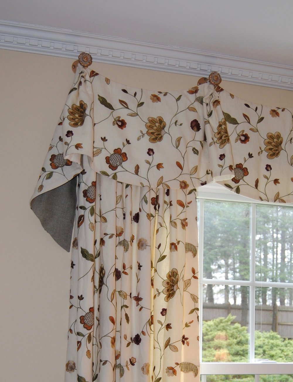 contrast lined valance with medallion hardware