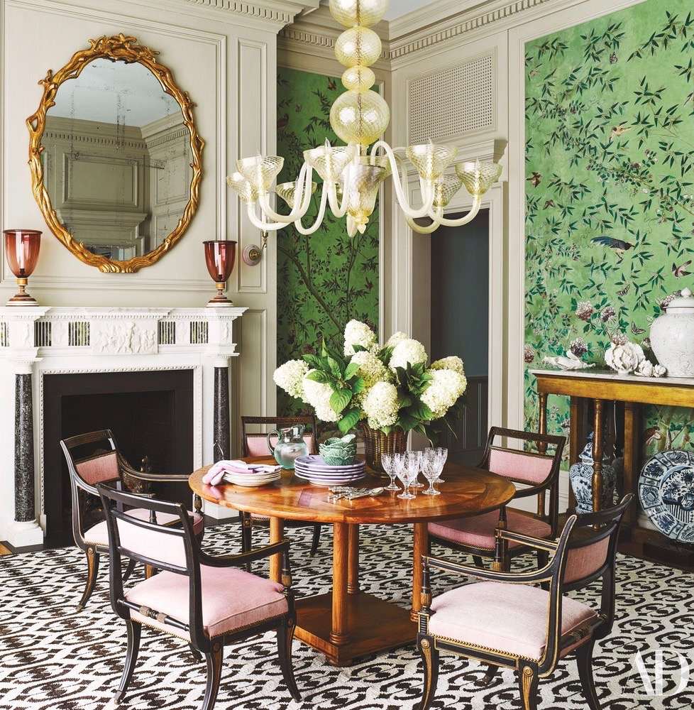 mary-ann-tighe-southampton-home-bunny-williams-dining-room-murano-chandelier-green-chinoiserie-wallpaper.jpg