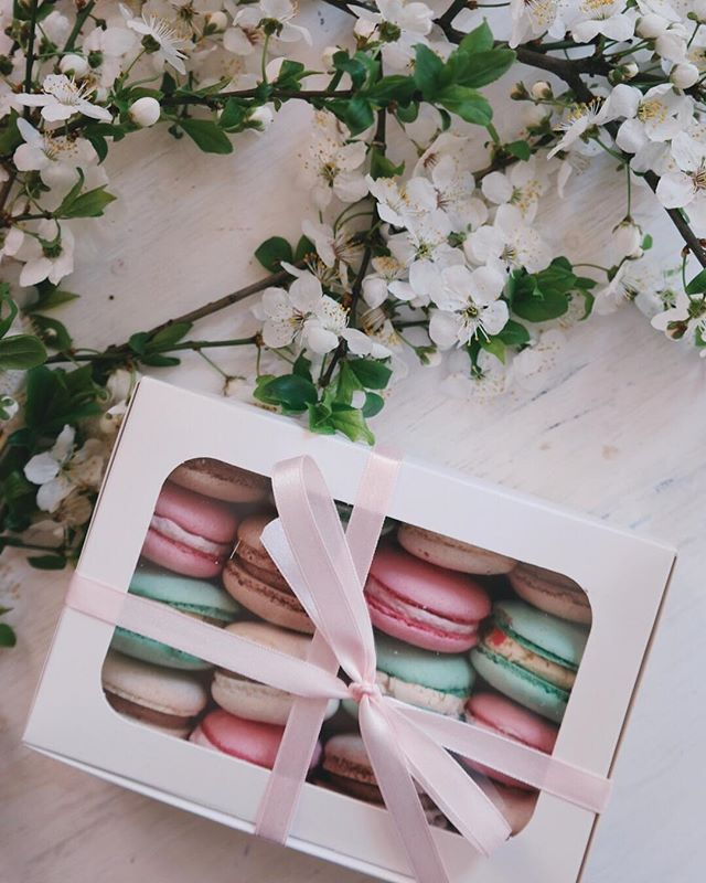 We 💕 pretty little packages tied up with hand dyed silk ribbon and now that it's officially the weekend.... it's time to indulge a little. These sweet macaroons will be such a hit at tonight's party!