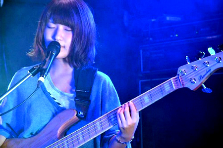Emi Ohki (Vocals / Bass)